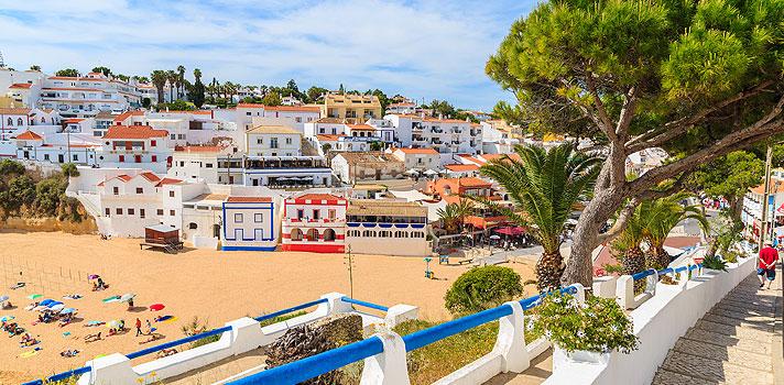 <p>Na última terça-feira (1), a <strong>Universidade de Algarve</strong>, em Portugal, abriu a segunda fase de candidaturas para os alunos que prestaram o <strong>Exame Nacional do Ensino Médio (Enem) 2015</strong>. As inscrições ficam abertas até o dia 15 de abril e podem ser feitas pelo site da instituição.</p><p></p><p><span style=color: #333333;><strong>Você pode ler também:</strong></span><br/><br/><a style=color: #ff0000; text-decoration: none; text-weight: bold; title=Entenda por que estudar para o Enem é cada vez mais importante href=https://noticias.universia.com.br/destaque/noticia/2015/10/13/1132229/entenda-estudar-enem-cada-vez-importante.html>» <strong>Entenda por que estudar para o Enem é cada vez mais importante</strong></a><br/><a style=color: #ff0000; text-decoration: none; text-weight: bold; title=Aluna nota 1.000 na redação do Enem dá dicas para quem vai prestar o exame deste ano href=https://noticias.universia.com.br/destaque/noticia/2016/01/19/1135590/aluna-nota-1-000-redacao-enem-da-dicas-vai-prestar-exame-deste-ano.html>» <strong>Aluna nota 1.000 na redação do Enem dá dicas para quem vai prestar o exame deste ano </strong></a><br/><a style=color: #ff0000; text-decoration: none; text-weight: bold; title=Todas as notícias de Educação href=https://noticias.universia.com.br/educacao>» <strong>Todas as notícias de Educação</strong></a></p><p></p><p>Para participar do processo seletivo, o aluno deve ter alcançado um mínimo de 500 pontos na redação e 475 pontos em cada uma das provas objetivas do exame. A universidade <strong>aceita a nota do Enem</strong> desde 1998, ano de sua primeira edição.</p><p></p><p>Na primeira fase de candidaturas, mais de mil alunos brasileiros se cadastraram para concorrer a uma vaga na instituição, sendo que 70 estudantes tiveram sua inscrição homologada e 50 foram aprovados em cursos de graduação.</p><p></p><p>A universidade oferece aos 60 alunos com as melhores classificações um benefício de anuidade reduzida, no valor