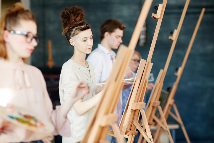 Uma universidade de belas artes é o ambiente perfeito para jovens estudantes desenvolverem ainda mais suas habilidades em função do amplo contato com uma enorme variedade de manifestações artísticas.