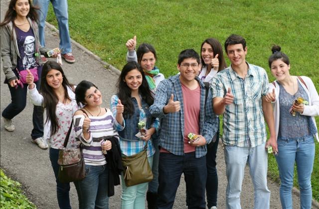 """<p>La <span style=text-decoration: underline;><a href=https://www.educacionbogota.edu.co/ target=_blank>Secretaría de Educación</a></span>abrió un llamado para que <strong>jóvenes egresados de colegios distritales y pertenecientes a los estratos 1, 2 o 3</strong> puedan ingresar a universidades públicas de Bogotá a partir del segundo semestre de este año. Esta iniciativa responde a una inversión superior a los $20 mil millones de pesos para generar <strong>mil cupos</strong> universitarios por parte de la Administración Distrital.</p><p></p><p><span style=color: #ff0000;><strong>Lee también</strong></span><br/><a style=color: #666565; text-decoration: none; title=Icetex entregará créditos condonables para cursar especializaciones médicas href=https://noticias.universia.net.co/educacion/noticia/2015/07/13/1128109/icetex-entregara-creditos-condonables-cursar-especializaciones-medicas.html>» <strong>Icetex entregará créditos condonables para cursar especializaciones médicas</strong></a><br/><a style=color: #666565; text-decoration: none; title=""""Ser Pilo Paga"""": Gobierno ofrece 300 becas para cursar carreras militares href=https://noticias.universia.net.co/educacion/noticia/2015/07/10/1128058/ser-pilo-paga-gobierno-ofrece-300-becas-cursar-carreras-militares.html>» <strong>""""Ser Pilo Paga"""": Gobierno ofrece 300 becas para cursar carreras militares</strong></a> <br/><a style=color: #666565; text-decoration: none; title=141 colegios públicos tendrán profesores nativos de inglés href=https://noticias.universia.net.co/educacion/noticia/2015/07/07/1127820/141-colegios-publicos-profesores-nativos-ingles.html>» <strong>141 colegios públicos tendrán profesores nativos de inglés</strong></a></p><p></p><p>Los estudiantes beneficiados podrán acceder a carreras técnicas, tecnológicas o profesionales, en distintos temas y programas, en instituciones como la <span style=text-decoration: underline;><a title=Universidad Pedagógica Nacional href=https://www.universia.net.co/universidades/un"""
