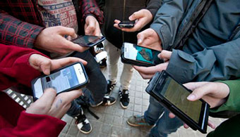 """<p style=text-align: justify;>Actualmente se está viviendo una <strong>revolución en todo lo relacionado al acceso a la información</strong>, especialmente con la aparición de dispositivos móviles que ofrecen miles de aplicaciones, como los Smartphone y las Tablet, muchos de las cuales son útiles en la educación y, sobre todo, en el aprendizaje de idiomas como el inglés.</p><p style=text-align: justify;></p><p style=text-align: justify;><strong>Lee también</strong><br/><a style=color: #ff0000; text-decoration: none; title=Duolingo: la aplicación para aprender idiomas en internet href=https://noticias.universia.edu.pe/tiempo-libre/noticia/2014/02/03/1079575/duolingo-aplicacion-aprender-idiomas-internet.html>» <strong>Duolingo: la aplicación para aprender idiomas en internet</strong></a><br/><a style=color: #ff0000; text-decoration: none; title=4 apps gratuitas para aprender quechua href=https://noticias.universia.edu.pe/en-portada/noticia/2014/07/29/1101350/4-apps-gratuitas-aprender-quechua.html>» <strong>4 apps gratuitas para aprender quechua</strong></a><br/><br/></p><p style=text-align: justify;></p><h4 style=text-align: justify;>UNS invita a curso sobre apps para aprender idiomas</h4><p style=text-align: justify;>Es por ello, que la <a href=https://www.uns.edu.pe/ target=_blank><strong>Universidad Nacional del Santa</strong></a> (UNS) desarrollará el curso: <strong>""""Las Mejores Aplicaciones Móviles para aprender Inglés en Smartphone y Tablet""""</strong>, que estará a cargo del ingeniero Milton Rojas Chávez, especialista en temas de social media manager.</p><p style=text-align: justify;><br/>Dicho evento, que está dirigido principalmente a estudiantes de la especialidad de Inglés y Francés de la Escuela Académico Profesional de Educación Secundaria y a los estudiantes del Centro de Idiomas de la UNS (CEIDUNS), <strong>se realizará el 1 de setiembre</strong>, a las 6:30 de la tarde y a las 08:30 de la noche, en el auditorio de la Biblioteca Central de esta casa unive"""