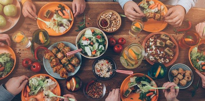 Empresa busca dupla para viajar o mundo comendo na casa de outras pessoas