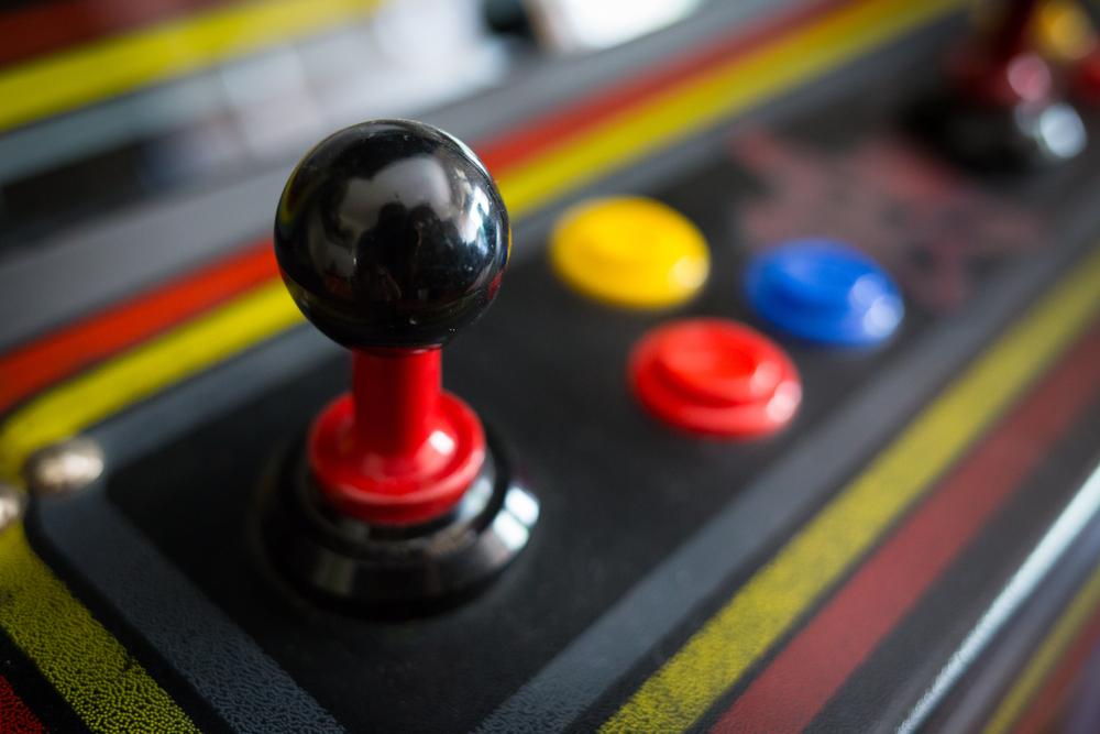 <p>Se em algum momento no passado videogame e escola eram assuntos completamente distantes – e, às vezes, até inimigos –, os tempos mudaram bastante: hoje a gamificação traz benefícios e recursos para professores ao redor do mundo e constituem uma nova maneira de ensinar.</p><p>O que é gamificação? É o processo de introduzir elementos de jogos na realização de uma tarefa ou objetivo específico. Em linhas gerais, é adaptar características dos games em outros ambientes, como o trabalho, a transmissão de informações, campanhas de conscientização e, como veremos aqui, na educação.</p><p></p><h2><strong>Vantagens da gamificação no ensino</strong></h2><p>Talvez o principal ponto de interesse ao inserir elementos de jogos no processo de ensino esteja na forma como essas características chamam a atenção do aluno.</p><p>Em um universo tão disputado pelos recursos tecnológicos, cada vez mais conectados e menores, qualquer proposta que atue no crescimento do interesse dos estudantes é sempre atrativa.</p><p>Se levarmos em conta o grande número de pessoas que jogam ao redor do mundo, principalmente videogames e jogos online, fica fácil entender o sucesso dessas propostas aplicadas no ambiente de ensino.</p><p>Apesar de ser uma característica bastante presente nos ambientes virtuais, os processos de gamificação também podem ser aplicados em jogos físicos, como os de tabuleiro, por exemplo.</p><p></p><p><strong>Características de games no ensino</strong></p><p>Um dos pontos principais de inserir recursos de gamificação no ensino está em estipular missões e jornadas ao estudante. Sob o efeito de um desafio ou uma conquista final, é bem comum que o aluno se interesse a cumprir as etapas.</p><p>Cada novo passo pode render uma conquista e isso pode gerar pontos e até prêmios virtuais, como troféus e medalhas. Esse tipo de compensação, mesmo que virtual, favorece a criação de um ranking e a uma competição saudável.</p><p>Por fim, falar de games também está relacionado à criação de per