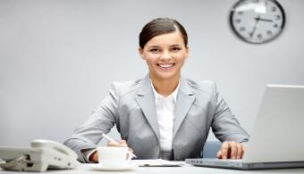 <p style=text-align: justify;>Sin embargo, existen ciertas cualidades que de seguro te diferenciarán del resto. Se trata principalmente de elementos que hacen a nuestra personalidad y a nuestra ética como profesionales. Por eso, si estás buscando <strong>resaltar entre la multitud</strong>, a continuación te ofrecemos un listado con todos aquellos <strong>elementos que te convertirán en alguien indispensable en la compañía para la que trabajas</strong>.</p><p style=text-align: justify;></p><p><strong>Lee también</strong><br/><a style=color: #ff0000; text-decoration: none; title=Las 10 habilidades necesarias para convertirte en un emprendedor href=https://noticias.universia.net.co/en-portada/noticia/2013/03/06/1009327/10-habilidades-necesarias-convertirte-emprendedor.html>» <strong>Las 10 habilidades necesarias para convertirte en un emprendedor</strong></a><br/><a style=color: #ff0000; text-decoration: none; title=¿Cuáles son las aptitudes laborales más valoradas por las empresas? href=https://noticias.universia.net.co/en-portada/noticia/2014/03/07/1086470/cuales-son-aptitudes-laborales-mas-valoradas-empresas.html>» <strong>¿Cuáles son las aptitudes laborales más valoradas por las empresas?</strong></a><br/><a style=color: #ff0000; text-decoration: none; title=Las 10 actitudes que caracterizan a un excelente empleado href=https://noticias.universia.net.co/empleo/noticia/2013/03/05/1008949/10-actitudes-caracterizan-excelente-empleado.html>» <strong>Las 10 actitudes que caracterizan a un excelente empleado</strong></a></p><p></p><p></p><h4 style=text-align: justify;>1. Inteligencia</h4><p style=text-align: justify;><strong>Ser inteligente</strong> es una cualidad que no se enseña en ningún lado por lo que quienes cuentan con esta virtud son sumamente requeridos en el mercado laboral. De acuerdo con diversos estudios, el hecho de ser inteligente aumenta la productividad, ayuda a <strong>tener un criterio adecuado en cuento a las prioridades</strong> y hace que las pers