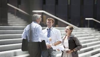 <p style=text-align: justify;>A la hora de <strong>emprender un negocio</strong> es mucho más sencillo hacerlo con una persona cercana que actúe de socio, ya que tienen características comunes. De todos modos, en muchos casos las cosas no se dan tal como se esperaban. Para que esto no suceda y logres llevar el emprendimiento a lo más alto, a continuación te damos algunos <strong>consejos</strong>.</p><p style=text-align: justify;></p><p><strong>Lee también</strong><br/><a style=color: #ff0000; text-decoration: none; title=Cada vez son más los argentinos que se animan a emprender href=https://noticias.universia.com.ar/en-portada/noticia/2014/10/07/1112772/cada-vez-argentinos-animan-emprender.html>» <strong>Cada vez son más los argentinos que se animan a emprender</strong></a><br/><a style=color: #ff0000; text-decoration: none; title=8 tips para emprender en Argentina href=https://noticias.universia.com.ar/en-portada/noticia/2014/06/25/1099483/8-tips-emprender-argentina.html>» <strong>8 tips para emprender en Argentina</strong></a></p><p></p><h4>1) Dejá todo claro</h4><p style=text-align: justify;>Antes de empezar a accionar es importante que los temas relacionados con<strong> las jerarquías profesionales, los objetivos, las remuneraciones, las funciones y los privilegios estén claros</strong>. Esto permitirá evitar conflictos futuros.</p><h4></h4><h4>2) Primero familiares, luego colegas</h4><p style=text-align: justify;>Aunque resulta sumamente complejo, si querés que un negocio funcione es clave que<strong> aprendas a separar las relaciones profesionales de las personales</strong> y, que pienses en los intereses de la compañía, no en los propios.</p><h4></h4><h4>3) Contratá asesores</h4><p style=text-align: justify;>Es fundamental que haya una persona ajena a la familia que tenga un punto de vista neutral y que sea bien percibida por los distintos miembros de la empresa.</p><h4></h4><h4>4) Realizá un estudio de mercado</h4><p style=text-align: justify;>Esto te ayuda