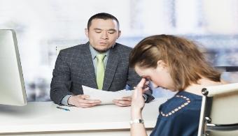 <p style=text-align: justify;><strong>Prepararse para una entrevista de trabajo y ser rechazado</strong> por los reclutadores genera un sentimiento de frustración, pero esto no significa que tu actitud deba ser desafiante, sino todo lo contrario. Con el fin de que sepas<strong> cómo reaccionar</strong> frente a esta situación, a continuación te damos algunos consejos.</p><p style=text-align: justify;></p><p><strong>Lee también</strong><br/><a style=color: #ff0000; text-decoration: none; title=Entrevista de trabajo en inglés: trucos para prepararse href=https://noticias.universia.com.ar/empleo/noticia/2014/12/15/1116596/entrevista-trabajo-ingles-trucos-prepararse.html>» <strong>Entrevista de trabajo en inglés: trucos para prepararse</strong></a><br/><a style=color: #ff0000; text-decoration: none; title=6 consejos para hablar de tus defectos en una entrevista de trabajo href=https://noticias.universia.com.ar/empleo/noticia/2014/02/27/1084788/6-consejos-hablar-defectos-entrevista-trabajo.html>» <strong>6 consejos para hablar de tus defectos en una entrevista de trabajo</strong></a><br/><a style=color: #ff0000; text-decoration: none; title=¿Cómo saber si te fue bien en una entrevista de trabajo? href=https://noticias.universia.com.ar/en-portada/noticia/2013/01/14/993317/saber-si-te-fue-bien-entrevista-trabajo.html>» <strong>¿Cómo saber si te fue bien en una entrevista de trabajo?</strong></a></p><p style=text-align: justify;></p><h4 style=text-align: justify;>1) No te olvides de agradecer</h4><p style=text-align: justify;>Por más que las cosas no salen como esperaste, es importante que agradezcas por el tiempo que han destinado para conocerte, ya que esto te hará ver como una <strong>persona profesional y educada</strong>. Nunca sabés qué oportunidades se te pueden presentar, quizás en esta misma empresa.</p><h4 style=text-align: justify;></h4><h4 style=text-align: justify;>2) Mostrate abierto</h4><p style=text-align: justify;>Aunque debés cuidarte de no parecer una per