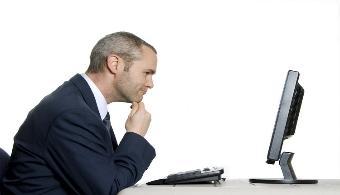 <p style=text-align: justify;>No en todos los rubros abundan las ofertas de empleo<strong>.</strong> En las ciencias humanas, por ejemplo, las chances de contratación son menores que en el <strong>sector de las Tecnologías de la Información y de la Comunicación (TIC)</strong> dado que son muchos los licenciados en letras. Las profesiones más tecnológicas por su parte, no cuentan con muchos adeptos por lo que su tasa de desempleo suele rondar el<strong>0%</strong>. Esto hace que los<strong> salarios</strong> de los tecnólogos sean verdaderamente superiores que al resto de los profesionales.</p><p style=text-align: justify;></p><p><strong>Lee también</strong><br/><a style=color: #ff0000; text-decoration: none; title=Colombia necesita más ingenieros de sistemas href=https://noticias.universia.net.co/en-portada/noticia/2014/02/19/1083010/colombia-necesita-mas-ingenieros-sistemas.html>» <strong>Colombia necesita más ingenieros de sistemas</strong></a></p><p style=text-align: justify;></p><p style=text-align: justify;>Sin embargo, muchos creen que es <strong>ingeniero o analista en sistemas</strong> la profesión que tiene las mejores ofertas laborales pero, de acuerdo con un informe de <strong><a href=https://www.adecco.com.uy/ rel=me nofollow>Adecco</a>,</strong>son todos los profesionales del <strong>sector TIC</strong> quienes gozan de buenas oportunidades. Al parecer, los <strong>consultores SEO-SEM, ingenieros para proyectos internacionales, administradores de sistemas, responsables de Business Intelligence y arquitectos Java</strong>tienen sueldos similares a los de ingenieros y analistas.</p><p style=text-align: justify;></p><p style=text-align: justify;>Además, otro estudio realizado en esta misma línea por la <strong>Escuela de Negocios Next</strong>, demostró que en los próximos años se necesitarán <strong>20 mil profesionales en el campo de la ciberseguridad </strong>dado quecada vez es más común registrar información confidencial en formatos digitales. Según e