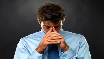 <p style=text-align: justify;>El<strong>síndrome del quemado</strong> - o también conocido como burnout,<strong>síndrome de desgaste ocupacional o surmenage </strong>-es un mal cada vez más frecuente en las sociedades actuales. Es ocasionado por trabajar <strong>bajo estrés</strong>lo que aumenta los<strong>niveles de ansiedad</strong>en las personas, haciendo que<strong>lleguen a un punto de frustraciónnunca antes experimentado,</strong>donde todo parece irrelevante y el sentido por las actividades que realiza normalmente se ve erosionado.</p><p style=text-align: justify;></p><p><strong>Lee también</strong><br/><a style=color: #ff0000; text-decoration: none; title=Síndrome del quemado: la enfermedad que afecta a los trabajadores actuales href=https://noticias.universia.edu.uy/en-portada/noticia/2013/10/01/1053025/sindrome-quemado-enfermedad-afecta-trabajadores-actuales.html>» <strong>Síndrome del quemado: la enfermedad que afecta a los trabajadores actuales</strong></a><br/><a style=color: #ff0000; text-decoration: none; title=¿Por qué es conveniente tener amigos en la oficina? href=https://noticias.universia.edu.uy/empleo/noticia/2013/01/04/991553/que-es-conveniente-tener-amigos-oficina.html>» <strong>¿Por qué es conveniente tener amigos en la oficina?</strong></a></p><p style=text-align: justify;></p><h4>¿Cuáles son los síntomas que genera el síndrome del quemado?</h4><h4></h4><p style=text-align: justify;>Padecer este mal hace que tengamos <strong>conductas automáticas y estereotipadas</strong> donde no nos cuestionamos el placer que sentimos por ellas. Además, <strong>el autoestima tiende a bajar</strong> por lo que la persona suele experimentar un<strong> sentimiendo negativo sobre sí mismo</strong>. Suelen aparecer <strong>problemas digestivos</strong>, <strong>distorción en el sueño</strong> y un <strong>alto nivel de irritabilidad</strong> en general.<br/><br/></p><p style=text-align: justify;></p><p style=text-align: justify;>Otro frecuente síntoma es <str
