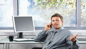 <p style=text-align: justify;>¿Sufres dolor de espalda después de trabajar? Tu <strong>postura frente a la computadora puede</strong> ser una de las causantes del molestar. Trabajar durante largas horas frente a un monitor puede generarte cansancio, pero además puede tener mayores riesgos para tu salud. Estos consejos te ayudarán a cambiar un poco tu rutina de trabajo para evitar que sientas malestar:</p><p style=text-align: justify;></p><p><strong>Lee también</strong></p><p><br/><a style=color: #ff0000; text-decoration: none; title=Sigue toda la actualidad universitaria a través de nuestra página de FACEBOOK href=https://www.facebook.com/pages/Universia-Ecuador/391617097568563>» <strong>Sigue toda la actualidad universitaria a través de nuestra página de FACEBOOK</strong></a></p><p><a style=color: #ff0000; text-decoration: none; title=Visita nuestro Portal de BECAS y descubre las convocatorias vigentes href=https://becas.universia.com.ec/>» <strong>Visita nuestro Portal de BECAS y descubre las convocatorias vigentes</strong></a></p><p></p><p></p><p></p><p></p><h3>No culpes a la silla</h3><p style=text-align: justify;>Del mismo modo que muchas personas culpan a la cama por sus dolores de espalda, otros creen que las responsables de sentir malestar en el cuerpo después de trabajar son las sillas. Por el contrario, la responsabilidad no recae en los muebles sino en cuánto tiempo pasas sentado. Si bien tu jornada laboral puede durar ocho horas, de ti depende no permanecer sentado por más de una hora.</p><p style=text-align: justify;></p><h3>Utiliza todo momento para moverte</h3><p style=text-align: justify;>¿Cuál es la solución? <strong>Oblígate a encontrar momentos para levantarte, caminar, ir al baño, a servirte agua o café… todo sirve para evitar estar tanto tiempo en la misma posición</strong>. También puedes tener reuniones estando parado, caminar durante el tiempo que tienes para comer, y cuando llegues a tu casa encuentra algo más para hacer.</p><p style=text-al