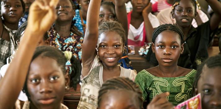 <p style=text-align: justify;>En el año 2000 se llevó a cabo el <strong>Foro Mundial </strong>en DakarSenegal, en el que 164 países se congregaron para debatir sobre los pasos a seguir para mejorar la educación mundial. A partir de este evento las 164 naciones participantes firmaron el <em>Marco de Acción de Dakar, Educación para Todos: Cumpliendo nuestros Compromisos Colectivos, </em>mediante el cual se comprometían a trabajar en pos del cumplimiento de seis objetivos para el 2015. Fue en base al análisis del avance en relación a estos objetivos que la <a href=https://www.unesco.org/new/es/unesco/ target=_blank>Unesco</a>elaboró el <a href=https://unesdoc.unesco.org/images/0023/002324/232435s.pdf target=_blank>Informe de Seguimiento de la Educación para Todos en el Mundo 2015</a>, y lo dio a conocer el pasado jueves 9 de abril.</p><p><span style=color: #ff0000;><a style=color: #666565; text-decoration: none; title=Visita el especial del Informe Educación para Todos de la UNESCO y descubre la realidad educativa de 140 países href=https://noticias.universia.net.co/tag/UNESCO-educaci%C3%B3n-para-todos-2015/><span style=color: #ff0000;>» <strong>Visita el especial del Informe Educación para Todos de la UNESCO y descubre la realidad educativa de 140 países</strong></span></a></span></p><p style=text-align: justify;>Uno de los mayores descubrimientos revelados en el Informe fue que la <strong>ampliación del acceso a la educación no implica una mejora automática de su calidad</strong>, pero que es posible conciliar estos dos factores para aumentar el número de vacantes y los niveles de instrucción.</p><p style=text-align: justify;>Según se explica en el documento, el <strong>aumento de la cantidad de evaluaciones nacionales de aprendizaje fue uno de los factores determinantes para la mejora de la educación. </strong></p><p style=text-align: justify;>Mientras que en la década de los 90 solo se aplicaron 283 evaluaciones de esta índole, esta cifra fue de 1.160 entre 2000 y 
