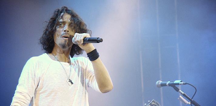<p><strong>Soundgarden y Audioslave</strong> fueron bandas que marcaron generaciones enteras a través de sus potentes guitarras, letras y sobre todo, la inigualable voz de <strong>Chris Cornell</strong>, quien <strong>murió el día de ayer a los 52 años</strong>, por causas que aún se desconocen.<br/><br/></p><p><strong>El artista acababa de dar un concierto de Soundgarden</strong> algunas horas antes, que había tenido lugar en FOX Theatre en Atlanta, Georgia. Falleció en la noche del miércoles 17 de mayo. De acuerdo a las palabras de su representante, Brian Bumbery, <strong>su muerte fue repentina e inesperada</strong>.<br/><br/></p><p>Nacido en Seattle en 1964, <strong>Cornell demostró desde muy joven sus habilidades musicales y artísticas</strong>. Sus comienzos en la industria musical fueron como baterista, pero pronto se dio a conocer como guitarrista y cantante. Su voz destacaba por su sonido y plasticidad, la cual podía transmitir matices tan oscuros como dulces.<br/><br/></p><p><strong>Chris fundó Soundgarden en 1984</strong>, banda que figura entre una de las más importantes del <strong>género grunge</strong>, junto con Nirvana y Pearl Jam. El movimiento que dio cabida al género tuvo su auge entre la década de los 80 y los 90, momento en el cual Soundgarden <strong>alcanzó la fama internacional</strong>. Sobre mediados de los 90, luego de la muerte del líder de Nirvana, Cobain, el grunge comenzó a apagarse y la banda de Cornell también. Soundgarden <strong>se separó en 1997</strong>.<br/><br/></p><p>Pero <strong>Chris Cornell quería seguir haciendo música</strong>, así que reunió en 2001 a algunos de los ex integrantes de Rage against The Machine y <strong>creó Audioslave</strong>, banda que mezclaba el sonido de RATM y la magia de la voz de Cornell. <strong>La banda fue muy exitosa, pero por poco tiempo</strong>. Fue entonces cuando Cornell decidió seguir solo.<br/><br/></p><p>Su <strong>carrera como solista</strong> estuvo influenciada por nuevos géneros m