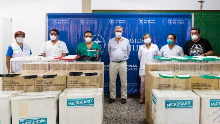 <p dir=ltr><strong>Lima, junio de 2020.-</strong><span> En las pruebas realizadas, estas cánulas han demostrado ser eficientes para la rápida recuperación de pacientes que necesitan, con urgencia, ventilación artificial. Además, la UDEP ha construido y donado protectores faciales a dos hospitales de Piura; y también donará a una posta médica de Sechura.</span></p><p dir=ltr><span>El diseño y la fabricación de un prototipo de estas cánulas, que escasean en nuestro país, se realiza en los laboratorios de la Universidad de Piura. Estas no solo son de alto flujo de oxígeno, sino que, además, son de bajo costo y pueden ayudar a salvar vidas de los pacientes con COVID-19. Las primeras tres cánulas ya han sido donadas al Hospital Santa Rosa de Piura, donde han sido probadas exitosamente.</span></p><p dir=ltr><span>Asimismo, el equipo de UDEP ha diseñado el prototipo del dispositivo que conecta la cánula con el balón de oxígeno el cual tampoco está disponible en el mercado. El magíster Jorge Machacuay, quien lidera el grupo de trabajo, indica que, aunque se trata de prototipos que están siendo perfeccionados, los tres primeros ya han sido probados con éxito. Para el diseño de estos dispositivos, agrega, se ha contado con la asesoría de médicos de la UCI del Hospital Santa Rosa.</span></p><h2><span>No podemos parar</span></h2><p dir=ltr><span>Machacuay, decano de la Facultad de Ingeniería de la Universidad de Piura, señala que cuando la crisis por el COVID-19 está cobrando ya cientos de víctimas, hace falta la participación de todos para controlar el avance de los impactos negativos.</span></p><p dir=ltr><span>Por ejemplo, señala que, a inicios de la cuarentena, la UDEP reparó dos respiradores mecánicos; y luego, uno más. Agrega que, aunque ya hace un mes fue validado el prototipo de respirador mecánico diseñado y construido en esta casa de estudios, lamentablemente no se han podido terminar de fabricar los 10 que se han ofrecido, porque aún no se cuenta con los componentes 