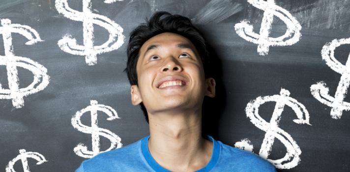 """<p><strong>Cuánto cobrar por el trabajo</strong> es un dilema al que se enfrentan todos los emprendedores y freelancers; pero aprender a cobrar <strong>el precio justo por el producto o servicio será clave para que el negocio prospere</strong>. Este es un tema de gran importancia y para establecer el precio exacto debes tener en cuenta diversos criterios. <br/><br/>Cobrar muy barato por tu trabajo puede perjudicar tanto tu negocio como cobrar muy caro; por lo que necesitas tener en cuenta algunas cuestiones para dar con el <strong>equilibrio entre cobrar lo que tu trabajo vale y que los clientes sientan que es justo</strong> el dinero que pides. <br/><br/><strong><br/>5 factores a tener en cuenta para fijarle precio a tu trabajo</strong><br/><strong><br/><br/>1 – Averigua cuánto cobran tus colegas</strong></p><p>Saber cuál es el precio de la """"competencia"""" o de los colegas que ofrecen un producto o servicio similar al tuyo te permitirá <strong>comparar y de ahí en más tener cierta idea de cuánto podrías cobrar tú</strong>, teniendo en cuenta también si tienes menos experiencia en el ramo o al contrario ofreces un plus por el que deberás pedir una mejor paga. <br/><strong><br/><br/>2 – Cobra lo que considera que vale tu trabajo<br/></strong></p><p>Otra teoría al respecto de la fijación de precios <strong>aconseja que</strong><strong>cada emprendedor deba cobrar lo que le hace sentir bien sin tener en cuenta cuánto cobran los demás</strong>. Esto se debe a que quizás el precio de los demás no te haga sentir bien o porque no quieres limitarte a lo que hacen los otros y prefieres intentar marcar una nueva línea en tu trabajo. <br/><strong><br/><br/>3 – Ten en cuenta tu público objetivo</strong></p><p>Tener en cuenta a quién te diriges es fundamental a la hora de marcar precios. Por ejemplo, si tu público está conformado por universitarios no podrás manejar precios muy altos, a la vez que si quieres que tu marca goce de cierto prestigio no deberás """"regalar"""" tu producto. P"""