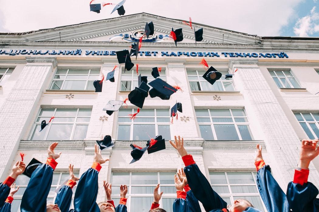 Un mayor nivel de educación te ayuda a conseguir mejores empleos.