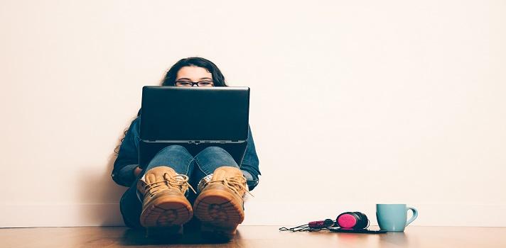 Escuchar música, o estudiar en un ambiente inadecuado, puede ser negativo a la hora de estudiar.