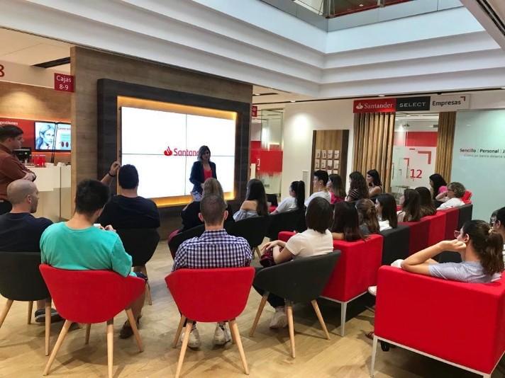 Santander imparte más de 300 talleres gratuitos por toda España para ayudar y preparar al joven en la inserción laboral