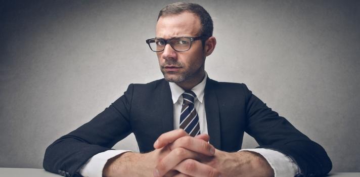 """<p>Lidiar con <strong>compañeros de trabajo conflictivos</strong> ya es una situación difícil de llevar, pero tener que <strong>trabajar con un mal jefe</strong> es uno de los motivos más fuertes por los que las personas se plantean renunciar a su trabajo. ¿Crees que tienes un mal jefe? Aprende a identificarlo para poder actuar en consecuencia.</p><p></p><p><span style=color: #ff0000;><strong>Lee también</strong></span><br/><a style=color: #666565; text-decoration: none; title=10 cosas que deberías saber sobre tu jefe href=https://noticias.universia.com.ec/en-portada/noticia/2014/01/17/1075899/10-cosas-deberias-saber-jefe.html>» <strong>10 cosas que deberías saber sobre tu jefe</strong></a></p><p></p><p>Quizás tu jefe no sepa que es """"malo"""" o esté desbordado de trabajo y <strong>no pueda darle al equipo la retroalimentación necesaria para crecer como profesionales</strong>; o tal vez sea parte de una """"old school"""" de trabajo donde el excesivo control sobre los empleados era lo que se suponía hacia funcionar bien una empresa. Como sea, <strong>si tienes un mal jefe (o sospechas que lo tienes) lo mejor que puedes hacer es aprender a lidiar con él</strong>.</p><p></p><p>A continuación te contamos cómo puedes relacionarte de mejor forma con un mal jefe, a fin de que no perjudique tu trabajo.</p><p></p><p><strong>1 – Identifica qué tipo de mal jefe tienes</strong></p><p>Tu jefe puede ser<strong> controlador en extremo, incompetente, egoísta, falto de visión y proyección, acosador, puede no reconocer nunca tus logros o cargarte de trabajo al extremo</strong> como si solo vivieras para cumplir sus órdenes. Si tienes un jefe con alguna de estas características, él no te está respetando ni como trabajador ni como persona.</p><p></p><p><br/><strong>2 - Ponle un alto a tu jefe</strong></p><p>La compañía para la que trabajas no te está haciendo un favor, sino que <strong>las relaciones laborales son un intercambio donde deben estar conformes las dos partes</strong>. De esta maner"""