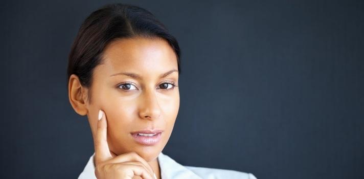 <p style=text-align: justify;>Las mujeres panameñas obtienen mejores titulaciones pero sin embargo no acceden a los mejores puestos dentro de las empresas. Además la tasa de desempleo del género femenino es más alta en contraste con sus pares masculinos. A pesar del esfuerzo, la dedicación y de que la brecha de género se haya disminuido en la última década,<strong> las oportunidades siguen sin estar parejas entre hombres y mujeres</strong>.</p><p></p><p><strong>Lee también</strong><br/><a style=color: #666565; text-decoration: none; title=En Panamá las mujeres se preparan más pero obtienen salarios más bajos href=https://noticias.universia.com.pa/actualidad/noticia/2014/12/24/1117514/panama-mujeres-preparan-obtienen-salarios-bajos.html>» <strong>En Panamá las mujeres se preparan más pero obtienen salarios más bajos</strong></a><br/><a style=color: #666565; text-decoration: none; title=El país requiere formación técnica para cubrir futuros puestos vacantes href=https://noticias.universia.com.pa/empleo/noticia/2015/03/11/1121259/pais-requiere-formacion-tecnica-cubrir-futuros-puestos-vacantes.html>» <strong>El país requiere formación técnica para cubrir futuros puestos vacantes</strong></a></p><p style=text-align: justify;></p><p style=text-align: justify;>El Consultor Empresarial y Profesor en la <strong><a title=Universidad Católica Santa María La Antigua href=https://www.universia.com.pa/universidades/universidad-catolica-santa-maria-la-antigua/in/27055 target=_blank>Universidad Católica Santa María La Antigua</a></strong>(USMA) René Quevedo, afirma que por regla general se da que <strong>hay 2 hombres trabajando por cada mujer</strong>, pero en la población joven de 15 a 29 años que no estudia ni trabaja -conocidos como ni-ni-, las mujeres superan a los hombres por 3 a 1.</p><p style=text-align: justify;></p><p style=text-align: justify;>Para el director de operaciones de Manpower Group, Alberto Alesi, <strong>esta situación podría revertirse en el futuro, ya que l