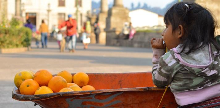 NIña en Quetzaltenango, también conocido como Xela, en Guatemala