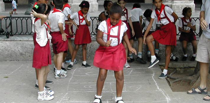 <p style=text-align: justify;>El pasado jueves 9 de abril la <a title=Organización de las Naciones Unidas para la Educación, la Ciencia y la Cultura href=https://www.unesco.org/new/es target=_blank>Organización de las Naciones Unidas para la Educación, la Ciencia y la Cultura</a>(UNESCO) dio a conocer su <a title=Informe de Seguimiento de la EPT en el Mundo href=https://unesdoc.unesco.org/images/0023/002324/232435s.pdf target=_blank>Informe de Seguimiento de la EPT en el Mundo</a>. En este documento, se revela los progresos que se han llevado adelante en materia de educación a nivel internacional en relación a los objetivos propuestos en el Foro Mundial de Educación de Dakar (Senegal, año 2000). De acuerdo al informe, de los 164 países participantes, Cuba fue el único que ha logrado cumplir con todas las metas.</p><p><br/><span style=color: #ff0000;><a style=color: #666565; text-decoration: none; title=Visita el especial del Informe Educación para Todos de la UNESCO y descubre la realidad educativa de 140 países href=https://noticias.universia.net.co/tag/UNESCO-educaci%C3%B3n-para-todos-2015/><span style=color: #ff0000;>» <strong>Visita el especial del Informe Educación para Todos de la UNESCO y descubre la realidad educativa de 140 países</strong></span></a></span></p><p style=text-align: justify;></p><p style=text-align: justify;><strong>Calidad en la enseñanza</strong></p><p style=text-align: justify;>Cuba ocupa el puesto 28 entre los países que han logrado o están a punto de lograr la educación para todos en su conjunto (0,95-1,00). Los primeros cinco puestos son ocupados por Reino Unido, Japón, Noruega, Suiza y Finlandia. Se trata además del<strong>1º país latinoamericano en figurar entre los de mayor IDE</strong> (Índice de Desarrollo de la Educación), seguido por Uruguay en el puesto 40.</p><p style=text-align: justify;>Aumentar <strong>gasto público en educación</strong> fue uno de los objetivos del Foro Mundial del año 2000. Mientras que la UNESCO <a href=h