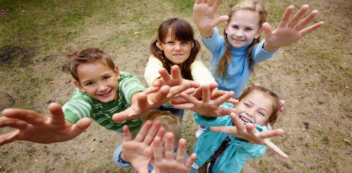 <p>En un mundo marcado por la emigración e inmigración, <strong>educar en el respeto hacia las diferencias culturales se hace imprescindible</strong>. ¿Cómo despertar en los niños la sensibilidad multicultural para que no surjan problemas por racismo o xenofobia? Chequea a continuación 6 consejos para <strong>fomentar la tolerancia entre alumnos, docentes y sociedad en general entre personas que provengan de distintos lugares y culturas</strong>.</p><p><br/><span style=color: #ff0000;><strong>Lee también</strong></span><br/><a style=color: #666565; text-decoration: none; title=Recursos para combatir el Bullying href=https://noticias.universia.com.ec/cultura/noticia/2015/12/04/1134405/recursos-combatir-bullying.html target=_blank>» <strong>Recursos para combatir el Bullying</strong></a><br/><a style=color: #666565; text-decoration: none; title=Cómo hacer que los alumnos te adoren href=https://noticias.universia.com.ec/consejos-profesionales/noticia/2015/10/22/1132734/como-hacer-alumnos-adoren.html target=_blank>» <strong>Cómo hacer que los alumnos te adoren</strong></a><br/><a style=color: #666565; text-decoration: none; title=<br />El método de los mejores maestros del mundo href=https://noticias.universia.com.ec/cultura/noticia/2015/09/18/1131400/metodo-mejores-maestros-mundo.html target=_blank>» <strong>El método de los mejores maestros del mundo</strong></a><br/><br/></p><p>Los niños deben ser educados desde pequeños tanto en sus casas como en la escuela en una <strong>cultura de paz, tolerancia, respeto y diversidad cultural.</strong><strong>Respetar la interculturalidad y respetar las decisiones políticas, religiosas, culturales o de cualquier índole</strong> es un pilar clave para la buena convivencia social; ya que una de las consecuencias de la globalización es que las ciudades sean cada vez más cosmopolitas. Conoce algunos recursos con los que podrás abordar este tema en el aula.</p><p></p><p><strong>6 recursos para trabajar la diversidad cultural en el aul