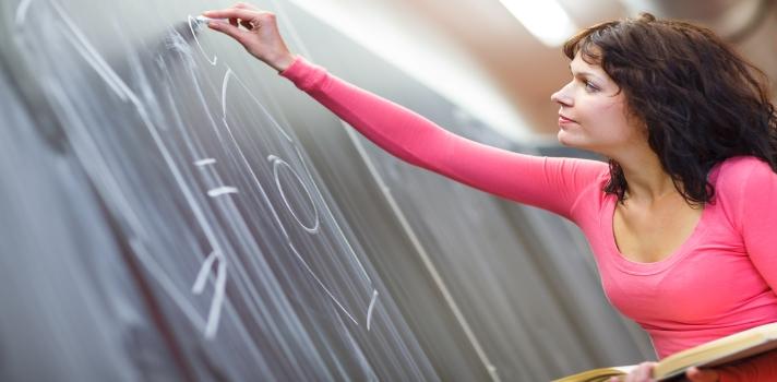 """<p>El encuentro de profesionales de la educación<strong> """"Congreso Internacional de Educación Aprendo""""</strong> es un evento que nuclea a cientos de <strong>docentes de centros públicos y privados del país</strong>, así como también a técnicos y personas influyentes en el área y expertos internacionales de Latinoamérica, Estados Unidos y Europa. En esta decimonovena edición se abordará como tema central la <strong>Importancia de la Formación y la Carrera Docente</strong> como eje articulador para mejorar la calidad y los aprendizajes.</p><p></p><p><span style=color: #ff0000;><strong>Lee también</strong></span><br/><a style=color: #666565; text-decoration: none; title=Actividades extracurriculares para realizar con los alumnos href=https://noticias.universia.com.do/consejos-profesionales/noticia/2015/10/28/1133030/actividades-extracurriculares-realizar-alumnos.html>» <strong>Actividades extracurriculares para realizar con los alumnos</strong></a><br/><a style=color: #666565; text-decoration: none; title=Blogs para docentes recomendados por docentes href=https://noticias.universia.com.do/consejos-profesionales/noticia/2015/10/21/1132652/blogs-docentes-recomendados-docentes.html>» <strong>Blogs para docentes recomendados por docentes</strong></a><br/><a style=color: #666565; text-decoration: none; title=Preguntas para autoevaluarte y ser un mejor docente href=https://noticias.universia.com.do/consejos-profesionales/noticia/2015/09/09/1131004/preguntas-autoevaluarte-mejor-docente.html>» <strong>Preguntas para autoevaluarte y ser un mejor docente</strong></a><br/><br/></p><p></p><p>El XIX Congreso Internacional de Educación Aprendo es impulsado por la organización <strong>Acción Empresarial por la Educación (EDUCA)</strong> y la <strong>Fundación Popular</strong>. El evento está fijado para los días<strong> 20, 21 y 22 de Noviembre 2015</strong> en el Renaissance Santo Domingo Jaragua Hotel & Casino, con una entrada que tiene un coste de 5500 pesos dominicanos.</p><p></p"""