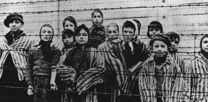 <p><strong><strong>La lista de Schindler</strong></strong>,<strong><strong><strong>El Pianista</strong></strong></strong>, y<strong>The Courageous Heart of Irena Sendler</strong>, son historias reales que fueron llevadas al cine para retratar la crueldad a la que fue sometida la humanidad durante el gobierno del líder nazi, <strong>Adolf Hitler</strong>. Incluimos también la cinta<strong>El niño del pijama a rayas (The Boy in the Striped Pyjamas)</strong> que, aunque está basada en una novela homónima, cuenta con personajes que sí existieron y con una trama que nadie puede asegurar que no pasó.<br/><br/></p><blockquote style=text-align: center;><a href=https://login.universia.net/login class=enlaces_med_registro_universia title=Regístrate target=_blank id=REGISTRO_USUARIOS>Regístrate</a> para estar informado sobre becas, ofertas de empleo, cursos online gratuitos y más</blockquote><table width=830 height=31><tbody><tr><td style=text-align: center;><span></span><span style=color: #ff0000;><strong>Día de Conmemoración del Holocausto</strong></span><br/><br/>La <a href=https://noticias.universia.net.co/cultura/noticia/2017/01/10/1148225/rae-8-consultas-ortograficas-frecuentes.html title=ingresa al portal de Noticias de Universia Colombia target=_blank>Real Academia Española (RAE)</a>, como gran matanza de seres humanos. En memoria de las víctimas que dejó la Segunda Guerra Mundial, la<strong>Organización de las Naciones Unidas para la Educación, la Ciencia y la Cultura (en inglés United Nations Educational, Scientific and Cultural Organization</strong>), decretó el <strong>27 de enero</strong> como el <strong>Día de Conmemoración del Holocausto</strong>, <strong><strong></strong></strong>en esta fecha se conmemora la liberación en <strong>1945</strong> por las <strong>tropas soviéticas</strong> del <strong>campo de concentración y exterminio nazi de Auschwitz-Birkenau</strong>.Durante la <strong>Segunda Guerra Mundial</strong>, el <strong>régimen nazi</strong> y sus co
