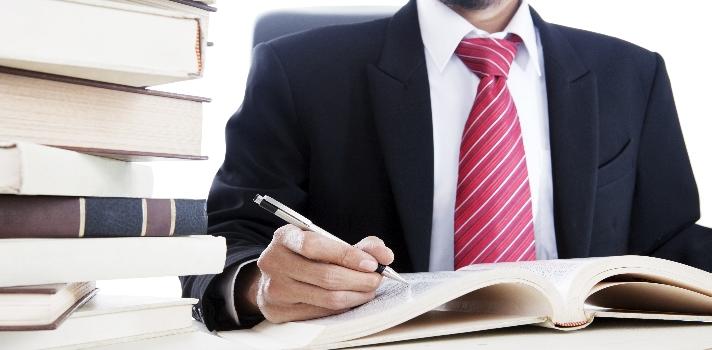 """<p>Estudiar y trabajar son dos tareas que requieren de mucha energía, pero no hay nada que no puedas lograr si tienes fuerza de voluntad. Reconocemos que son tareas extenuantes, pero los beneficios de <strong>comenzar a trabajar cuando aún estás estudiando</strong> valdrán los esfuerzos. ¿Cómo hacer para organizarte y poder con todo? Quizá te sirvan los consejos que vienen a continuación.</p><h2><br/><br/><strong>Cómo estudiar y trabajar al mismo tiempo</strong></h2><p></p><p><strong>1 – Organiza y administra tu tiempo</strong></p><p>Ya hemos dicho que estudiar y trabajar a la vez es una gran exigencia, por lo que organizar tu tiempo y dejar lo menos posible librado al azar es una de las claves para no desbordarte. La buena gestión del tiempo conlleva que<strong> organices la máxima cantidad de tareas posibles</strong>, desde un calendario con las asignaturas y las fechas importantes de cada una (pruebas, entregas) hasta cocinar para varios días y no tener que estar encargándote de eso cuando llegas cansado al final del día, la ropa que te pondrás en la semana y todo lo que se te ocurra que entra dentro de la órbita de mantener el orden a tu alrededor.</p><p></p><p><strong>2 – Haz cada día un poco</strong></p><p>Lo mejor es que lleves las asignaturas al día y que no te encuentres con que tienes que estudiar 10 temas distintos en un fin de semana. Puedes<strong> aprovechar los """"momentos muertos"""" en el autobús de camino al trabajo o de cualquier momento del día para repasar las lecciones</strong> vistas en clase o los temas que se tocarán. Para esto es imprescindible que siempre lleves contigo alguno de los materiales (tampoco todos, ya sabes que no podrás leerlos a todos).</p><p></p><p><strong>3 – Sé flexible</strong></p><p>Está bien que quieras cumplir con todo, pero quizá no sea posible cumplir con todas las asignaturas de la universidad. Debes saber desde ya que <strong>es muy probable que terminar la universidad te lleve un poco más de tiempo</strong>, porque tal"""