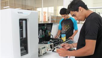 <p style=text-align: justify;>Como parte del compromiso de la<strong><a title=Universidad Don Bosco href=https://www.universia.com.sv/universidades/universidad-don-bosco/in/37182>Universidad Don Bosco</a></strong>en incidir de forma estratégica en el desarrollo de El Salvador y contribuir al <strong>mejoramiento de la calidad de vida de las personas</strong>, dirige diversos esfuerzos en el tema de la <strong>eficiencia energética y energía renovable</strong>, que día a día, toma un importante rol dentro de las políticas y estrategias de numerosas empresas e instituciones públicas.</p><p style=text-align: justify;></p><p><br/><span style=color: #0000ff;><a style=color: #ff0000; text-decoration: none; title=Sigue toda la actualidad universitaria a través de nuestra página de Facebook href=https://www.facebook.com/pages/Universia-El-Salvador/452458478107950><span style=color: #0000ff;>» <strong>Sigue toda la actualidad universitaria a través de nuestra página de Facebook</strong></span></a></span></p><p><a style=color: #ff0000; text-decoration: none; title=Visita nuestro portal de Becas y descubre las convocatorias vigentes href=https://becas.universia.com.sv/>» <strong>Visita nuestro portal de Becas y descubre las convocatorias vigentes</strong></a></p><p></p><p style=text-align: justify;><br/>Las iniciativas de la<strong> Universidad Don Bosco</strong> en el tema energético son ejecutadas desde el <strong>Instituto de Investigación en Energía</strong> (IIE), una plataforma para la gestión, promoción, formulación e implementación de procesos de <strong>formación, investigación, desarrollo, innovación y asesoría en energía</strong>; como apoyo en la búsqueda de nuevas alternativas energéticas que potencien para tal fin la cooperación nacional e internacional.</p><p style=text-align: justify;><br/>La experiencia acumulada de la UDB en más de una década, ha propiciado la creación de proyectos que aportan al país recurso humano formado en esta temática, fortaleciendo cap