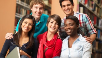 """<p style=text-align: justify;>Con el fin de <strong>conocer cuáles son los factores que inciden en el rendimiento académico </strong><strong>de los jóvenes</strong>, siete investigadores y expertos se reunieron días anteriores en el <strong><a href=https://www2.icfes.gov.co/seminario/ rel=me nofollow>V Seminario Internacional de Investigación sobre Calidad de la Educación del Icfes</a></strong>.</p><p style=text-align: justify;></p><p style=text-align: justify;></p><p><strong>Lee también</strong></p><p><br/><a style=color: #ff0000; text-decoration: none; title=Infografía: ¿Qué cambios se prevén para la educación en los próximos 20 años? href=https://noticias.universia.net.co/en-portada/noticia/2014/03/21/1089725/infografia-que-cambios-preven-educacion-proximos-20-anos.html>» <strong>Infografía: ¿Qué cambios se prevén para la educación en los próximos 20 años?</strong></a><br/><a style=color: #ff0000; text-decoration: none; title=5 tendencias mundiales para la educación superior en 2014 href=https://noticias.universia.net.co/en-portada/noticia/2014/01/21/1076630/5-tendencias-mundiales-educacion-superior-2014.html>» <strong>5 tendencias mundiales para la educación superior en 2014</strong></a></p><p></p><p style=text-align: justify;></p><p style=text-align: justify;>En base a ello, presentaron diversos estudios que, luego de un profundo análisis, les permitió conocer los tres elementos que están por detrás de las buenas notas.</p><p style=text-align: justify;></p><p style=text-align: justify;>De acuerdo con <strong>Thilo Kleickmann</strong>, jefe del Grupo de Investigación de Competencias Profesionales de los Profesore del <strong>Instituto Leibniz</strong><strong>de Educación en Ciencia y Matemática</strong> en Alemania, la <strong>clave para obtener buenas notas radica en la</strong><strong>calidad de los docentes</strong>. Explicó que """"ser un experto en la materia no es suficiente para ser un buen profesor"""", haciendo alusión a que es de suma importancia <strong>apr"""