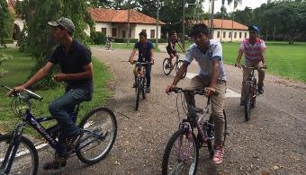 <p style=text-align: justify;>El proyecto BiciPública busca fortalecer la movilidad de la población de la zona. La iniciativa salió adelante gracias a la alianza entre la <strong>Municipalidad de Cartago</strong> y la <strong>Embajada de Holanda</strong>.</p><p style=text-align: justify;></p><p style=text-align: justify;></p><p style=text-align: justify;><strong>Lee también</strong></p><p style=text-align: justify;><br/><a style=color: #ff0000; text-decoration: none; title=Universidad de Costa Rica promueve actividades deportivas>» <strong>Universidad de Costa Rica promueve actividades deportivas</strong></a></p><p style=text-align: justify;><a style=color: #ff0000; text-decoration: none; title=5 Apps para crear hábitos saludables href=https://noticias.universia.cr/en-portada/noticia/2013/11/20/1064707/5-apps-crear-habitos-saludables.html>» <strong>5 Apps para crear hábitos saludables</strong></a></p><p style=text-align: justify;></p><p style=text-align: justify;></p><p style=text-align: justify;>Los estudiantes del <strong><a href=https://estudios.universia.net/costarica/institucion/tecnologico-costa-rica target=_blank>Tecnológico de Costa Rica</a></strong>, el <strong><a href=https://www.cuc.ac.cr/app/cms/www/index.php rel=me nofollow> Colegio Universitario de Cartago</a></strong> y el <strong><a href=https://jorgevolio.com/index.php/es/ rel=me nofollow> Colegio Bilingüe Jorge Volio</a></strong> podrán hacer uso de las bicicletas que estarán dispuestas en zonas estratégicas. Allí serán prestadas a los jóvenes de manera gratuita.</p><p style=text-align: justify;></p><p style=text-align: justify;></p><p style=text-align: justify;>Gracias al programa, se promueve una pluralidad de medios de transporte que tiene como fin último contribuir a una vida saludable tanto física como mental para sus usuarios.</p><p style=text-align: justify;></p><p style=text-align: justify;>Los jóvenes, podrán recorrer trayectos menores a cinco kilómetros de manera rápida y económica gracia