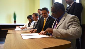 Firma Acuerdo de Colaboración: de izquierda a derecha: Lcda. Vivian Neptune