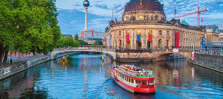 O <strong>programa Winterkurs</strong>, do <strong>Serviço Alemão de Intercâmbio Acadêmico (DAAD)</strong>, está com inscrições abertas para cursos de língua e cultura alemã na Alemanha. As inscrições ficam abertas até o dia <strong>15 de agosto</strong>.<br/><br/><blockquote style=text-align: center;>Veja mais bolsas de estudo<strong><a href=https://bolsas.universia.net/ title=Bolsas Universia target=_blank>aqui</a></strong></blockquote><br/><p><span style=color: #333333;><strong>Você pode ler também:</strong></span><br/><a href=https://noticias.universia.com.br/estudar-exterior/noticia/2016/07/20/1142013/jornalistas-podem-participar-conferencia-alemanha-tudo-pago.html title=Jornalistas podem participar de conferência na Alemanha com tudo pago>» <strong>Jornalistas podem participar de conferência na Alemanha com tudo pago</strong></a><br/><a href=https://noticias.universia.com.br/estudar-exterior/noticia/2016/07/26/1142160/capes-anuncia-mudancas-ciencia-fronteiras.html title=Capes anuncia mudanças no Ciência sem Fronteiras>» <strong>Capes anuncia mudanças no Ciência sem Fronteiras</strong></a><br/><a href=https://noticias.universia.com.br/estudar-exterior title=Todas as notícias sobre Bolsas de estudo e prêmios>» <strong>Todas as notícias sobre bolsas de estudo e prêmios<br/><br/><br/></strong></a></p><p>O curso tem duração de quatro a seis semanas, com início em janeiro de 2017, e é fruto de uma parceria com as <strong>universidades de Berlim, Düsseldorf e Freiburg</strong>. Seu principal público são alunos que almejam realizar um curso de pós-graduação no país, mas não é voltado exclusivamente a esse perfil.<br/><br/></p><p>Além das aulas de língua estrangeira, os estudantes poderão assistir a seminários, palestras e realizar passeios pela cidade no período da tarde.<br/><br/></p><p><strong>O valor das bolsas é de 2.850 euros</strong>, para cobrir os gatos com passagens aéreas, hospedagem, cobranças relativas ao curso e alimentação. Recomenda-se que o aluno leve 