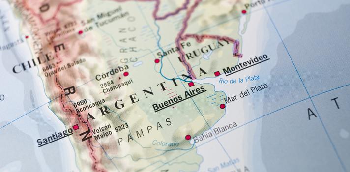 <p>Los estudiantes colombianos eligen las <strong>universidades argentinas por el idioma, los costos, la calidad de la educación y la posibilidad de desarrollarse profesionalmente</strong>, de acuerdo al informe La migración colombiana en Argentina, realizado por la Universidad Nacional de Tres de Febrero (Untref), el consulado de Colombia en Buenos Aires, la Organización Internacional para las Migraciones y el Instituto de Políticas de Migraciones y Asilo. La combinación de estos factores, derivó en que <strong>10.000 colombianos se trasladaran hasta Argentina para cursar carreras de pregrado</strong><strong>y posgrado</strong>. En esta nota te contamos más detalles sobre la migración de estudiantes colombianos <a href=https://www.universia.net.co/estudiar-extranjero/argentina/2628 title=Estudiar en el extranjero - Información sobre Argentina target=_blank>en Argentina</a>.</p><blockquote style=text-align: center;>Conoce la oferta de programas para estudiar fuera de Colombia en nuestro portal<a href=https://estudiarenelexterior.universia.net.co/instituciones/homes/1.html class=enlaces_med_leads_formacion title=Portal estudiar en el exterior target=_blank id=CURSOS>estudiar en el exterior </a></blockquote><p><strong>Características de la población colombiana en Argentina</strong></p><p>El informe La migración colombiana en Argentina, contabilizó un total de 23.743 colombianos con residencia permanente en el territorio argentino hasta inicios de 2015. Se caracterizó dicha migración como <strong>altamente calificada</strong>, con participación en el mercado laboral y/o en instituciones de educación superior.</p><p><strong>El 42% de los colombianos que migraron hasta Argentina</strong> de manera permanente o temporal, <strong>se trasladaron para cursar programas de educación superior</strong>, según el censo argentino de 2010. Actualmente son 10.000 los colombianos que asisten a universidades argentinas, lo que constituye un <strong>aumento del 9% respecto al 2010</str