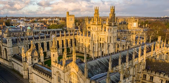 <p>La Universidad de Oxford anunció la apertura de su programa de becas Rhodes, que permite realizar cualquier programa de posgrado a tiempo completo ofrecido por universidad cuya duración sea de entre 2 y 3 años. Este programa se ofrece desde el año 1902 y es la más antigua de todas las convocatorias y quizás, según dice explica en la universidad, sea una de las becas más prestigiosas del mundo. <strong>Hasta el 4 de octubre está abierto el plazo</strong> para postular.</p><p>Las <strong>becas Rhodes</strong> permiten a 95 graduados de 64 países, <strong>ahora también Puerto Rico</strong>, beneficiarse con esta posibilidad de formación que busca alimentar el espíritu de futuros líderes de distintas partes del mundo. El programa <strong>cubre el costo total de la matrícula </strong>del programa elegido, un <strong>estipendio para cubrir costos de vida</strong> y <strong>pasajes de ida y vuelta desde el país de origen a Oxford</strong> en el comienzo y en el final de los estudios.</p><p>La Universidad de Oxford es la <strong>número uno a nivel mundial según el ranking de Times Higher Education</strong> y la sexta mejor según el ranking de universidades de QS.</p><p>Los programas de estudio que comprenden las becas Rhodes son solamente grados full time. Por lo tanto, cursos parciales no están comprendidos dentro de la convocatoria.</p><p>Por otra parte, los personas con residencia legal permanente en los Estados Unidos también serán elegibles para esta convocatoria bajo el mismo criterio que ciudadanos norteamericanos.<strong></strong></p><p><strong></strong></p><p><strong>Sobre el criterio de selección para las Becas Rhodes</strong></p><ul><li>Demostrar excelencia académica. Si bien no existe un GPA mínimo como requisito, el promedio GPA de los ganadores ronda un promedio de 3.9. Con lo cual, con un promedio de 3.7 será más difícil obtener la beca.</li><li>Demostrar el uso del talento personal en actividades extracurriculares, como el dominio de una habilidad en área