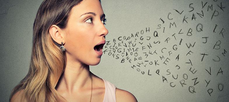 <ul style=list-style-type: disc;><li>Como forma de comprovar o conhecimento da língua inglesa, é possível realizar diversos exames de proficiência no idioma.</li><li>Estes testes são exigidos, por exemplo,<strong>para concorrer a bolsas de intercâmbio ou ingressar em cursos no estrangeiro</strong>.</li><li>Em geral, os exames avaliam as habilidades orais, escritas e a capacidade comunicativa do estudante.</li></ul><p>O <strong>TOEFL</strong> (Test of English as a Foreign Language), o <strong>IELTS</strong> (International English Language Testing System) e o <strong>CPE</strong> (Cambridge Proficiency in English) são três dos principais certificados de proficiência em<a href=https://noticias.universia.pt/educacao/noticia/2018/06/27/1160228/queres-melhorar-nivel-ingles-pratica-cursos.html title=Queres melhorar o teu nível de inglês? Pratica com estes cursos target=_blank>inglês</a> reconhecidos internacionalmente. Pensando nisto, preparamos um tutorial com todas as informações que um estudante precisa de saber sobre os <a href=https://noticias.universia.pt/educacao/noticia/2018/03/06/1158409/escrever-respostas-perfeitas-exame.html title=Como escrever as respostas perfeitas num exame target=_blank>exames</a>. Acompanhe:</p><h2>1. IELTS (International English Language Testing System)</h2><p>Criado pela Universidade de Cambridge, o <strong>exame</strong> é realizado por mais de dois milhões de pessoas por ano em 140 países, segundo o British Council, entidade que administra o <strong>IELTS</strong>. O certificado é aceite em mais de 8 mil instituições internacionais e para a emissão de vistos no Canadá, Reino Unido, Austrália e Nova Zelândia. A prova tem uma <strong>duração média de três horas</strong> e está dividida em quatro áreas do conhecimento: conversação (15 minutos), interpretação de áudios (30 minutos), redação (60 minutos) e interpretação de texto (60 minutos). A nota pode variar de 0 a 9, ficando ao critério de cada instituição decidir se o estudante está apt