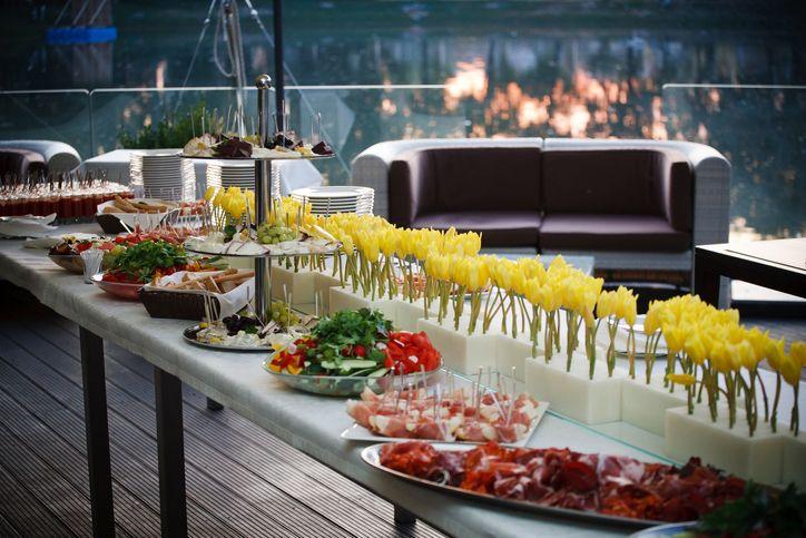 O produtor de eventos é o profissional responsável por organizar, planejar, viabilizar e acompanhar qualquer tipo de evento.