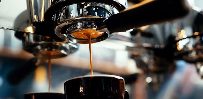 <p>Uma deliciosa xícara de café<strong><a title=3 motivos por que o café melhora seu desempenho profissional e acadêmico href=https://noticias.universia.com.br/carreira/noticia/2016/02/04/1136079/3-motivos-cafe-melhora-desempenho-profissional-academico.html>não é somente uma forma de se manter acordado durante as longas noites de estudos</a></strong>. Ela também pode ser tema de mestrado! A italiana <strong>Illy</strong>, empresa especializada na produção e comercialização da bebida, em parceria com importantes instituições de ensino internacionais, oferece o <strong>Mestrado Internacional em Economia e Ciência do Café</strong>, na cidade de Trieste, na Itália.</p><p></p><p><span style=color: #333333;><strong>Você pode ler também:</strong></span><br/><a title=Universidade do Canadá dá bolsas de até 14 mil dólares canadenses href=https://noticias.universia.com.br/estudar-exterior/noticia/2016/04/27/1138762/universidade-canada-da-bolsas-14-mil-dolares-canadenses.html>» <strong>Universidade do Canadá dá bolsas de até 14 mil dólares canadenses</strong></a><br/><a title=FGV dá bolsas de até R$ 45 mil para pesquisas em Direito href=https://noticias.universia.com.br/educacao/noticia/2016/04/25/1138610/fgv-da-bolsas-r-45-mil-pesquisas-direito.html>» <strong>FGV dá bolsas de até R$ 45 mil para pesquisas em Direito</strong></a><br/><a title=Todas as notícias sobre Bolsas de estudo e prêmios href=https://noticias.universia.com.br/estudar-exterior>» <strong>Todas as notícias sobre bolsas de estudo e prêmios</strong></a></p><p></p><p>Para a edição de 2017, que já está com inscrições abertas, a empresa irá conceder uma bolsa de estudos a um estudante brasileiro que tenha interesse em realizar o curso. Poderão participar profissionais graduados nas áreas de <strong>Economia, Administração, Engenharia e Engenharia ou Ciências Agronômicas</strong>.</p><p></p><p>O objetivo principal do mestrado em economia e ciência do café é oferecer uma formação multidisciplinar sobre o universo da
