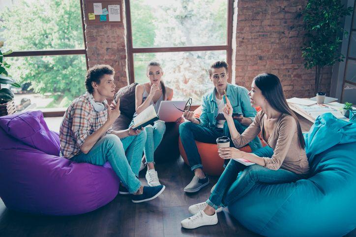 Frequentar uma escola bilingue compreende um abrangente leque de vantagens para os seus alunos.