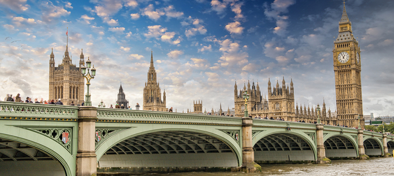 <blockquote style=text-align: center;><span>Guia Completo sobre </span><a href=https://www.universia.com.br/estudar-exterior/europa title=Estudar no Exterior target=_blank>Estudar no Exterior</a><span>; visite agora!</span></blockquote><p>O <strong>Consulado Britânico</strong> promoverá esse mês a maior <strong>feira sobre oportunidades de estudo no Reino Unido</strong>, a <strong>UK Universities</strong>. O evento contará com a participação de representantes de universidades britânicas e de testes de proficiência em inglês. As palestras terão temas como a vida no Reino Unido, dicas para futuros estudantes e apresentarão o sistema educacional do país.</p><p><br/><span style=color: #333333;><strong>Leia também:</strong></span><br/><a href=https://noticias.universia.com.br/tag/notícias-sobre-bolsas-de-estudo/ title=Bolsas de estudo>» <strong>Todas as notícias sobre bolsas de estudo</strong></a><br/><a href=https://noticias.universia.com.br/estudar-exterior/noticia/2016/10/06/1144316/80-bolsas-brasileiros-estudarem-holanda.html title=80 bolsas para brasileiros estudarem na Holanda>» <strong>80 bolsas para brasileiros estudarem na Holanda</strong></a></p><p>O evento é voltado para quem pensa em frequentar cursos de graduação, pós, mestrado de 1 ano, doutorado e cursos de inglês de curta duração no reino Unido. A entrada é gratuita, mas é necessário se inscrever no <strong><a href=https://www.britishcouncil.org.br/feira-uk-universities title=site do Consulado Britânico target=_blank>site do Consulado Britânico</a></strong>.</p><p>O evento no Rio de Janeiro acontecerá no <strong>Sofitel Copacabana Hotel</strong>, das 16h às 21h no dia 27 de outubro. Serão 7 palestras, entre elas uma sobre o IELTS (teste de proficiência em inglês) e outra sobre as <strong><a href=https://noticias.universia.com.br/estudar-exterior/noticia/2016/08/09/1142573/reino-unido-oferece-bolsas-estudo-13-mil-libras.html# title=Reino Unido oferece bolsas de estudo de mais de 13 mil libras>bolsas de mes