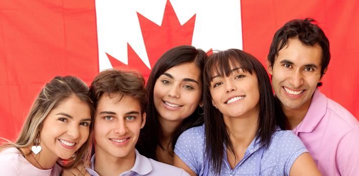 <p>Si estás con ganas de estudiar en el exterior, y estás pensando en destinos donde realizar algún curso para continuar tu desarrollo profesional, te contamos que<strong>Canadá es un buen destino académico</strong> y que <span>reconocidas instituciones</span>ofrecen cursos en distintos campos, como <strong>educación física, salud, derecho, desarrollo tecnologógico y de experiencia del usuario, turismo o incluso preparar los exámenes internacionales de inglés</strong>. Es posible realizar licenciaturas, posgrados o programas cortos. ¡Conoce las siguientes opciones!<br/><br/></p><blockquote style=text-align: center;>Conoce la oferta de programas para estudiar fuera de Colombia en nuestro portal<span></span><a href=https://estudiarenelexterior.universia.net.co/instituciones/homes/1.html class=enlaces_med_leads_formacion target=_blank id=CURSOS>estudiar en el exterior</a></blockquote><p>1.<a href=https://estudiarenelexterior.universia.net.co/informacion_producto/programas/concurrent-bachelor-of-physical-education-honours-148/brock-university-12.html class=enlaces_med_leads_formacion target=_blank id=CURSOS>Concurrent Bachelor of Physical Education Honours</a></p><p>La licenciatura permite complementar la<strong> especialidad de educación física con un segundo tema</strong> como arte dramático, inglés, francés, geografía, historia, matemáticas, salud y educación física, ciencias-biología, ciencias-química, ciencias-general, ciencias-físicas o artes visuales. Los <strong>graduados con mejores promedios son recomendados al colegio de profesores de Ontario</strong> para obtener un certificado de calificación en este sitio.</p><p><strong>Duración:</strong> 6 años</p><p><strong>Institución:</strong> Brock University</p><p>Solicita información personalizada<a href=https://estudiarenelexterior.universia.net.co/informacion_producto/programas/concurrent-bachelor-of-physical-education-honours-148/brock-university-12.html class=enlaces_med_leads_formacion target=_blank id=CURSOS>a