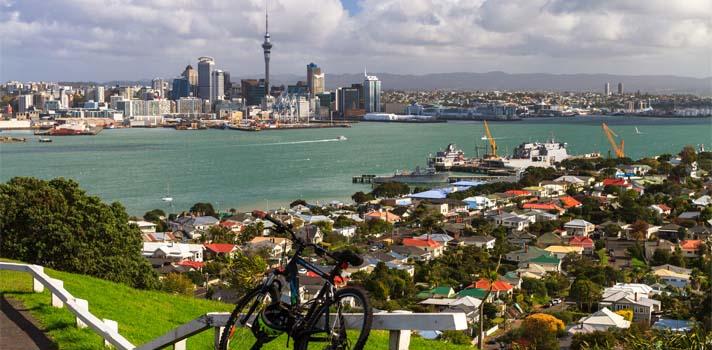 """<p><strong>Nueva Zelanda</strong> es un país pequeño,<span>conformado por dos grandes islas, que se ubica </span>en Oceanía; más precisamente en el suroeste del océano Pacífico. Tiene una población de aproximadamente cuatro millones y medio de habitantes y al igual que Argentina, tiene un clima templado; donde si bien hay algunas diferencias de temperatura entre la isla sur y norte, los extremos no son la norma y las cuatro estaciones están diferenciadas. Enero es el mes más cálido en Nueva Zelanda, con temperaturas que promedian los 28-30 grados en la isla norte; mientras que julio es el más frío, con una temperatura promedio de entre 7 y 10 grados.</p><p>La población es en su mayoría de ascendencia europea, especialmente británica e irlandesa, y maorí; una etnia polinesia que representan a los pobladores originarios del territorio neozelandés.</p><p>El <strong>idioma oficial es el inglés</strong> y el nivel de vida es relativamente alto. Tiene una economía moderna, donde la agricultura y la ganadería representan sus principales actividades. Tanto a nivel cultural, por la mixtura de su población, como a nivel turístico, Nueva Zelanda representa un gran atractivo. Algunos de los paisajes más representativos de este país los hemos disfrutado en películas como """"El señor de los anillos"""", """"Las Crónicas de Narnia"""", """"Avatar"""" o """"El último samurái"""", entre otras.</p><p>Por lo tanto,<strong> si estás buscando un destino para aprender inglés y disfrutar al mismo tiempo de una experiencia enriquecedora en todo sentido, Nueva Zelanda es sin dudas una opción de la que no te arrepentirás</strong>. La empresa Kaplan Internacional, dedicada desde hace muchos años a la enseñanza del idioma inglés, ofrece <strong>seis programas que se ajustan a distintos niveles y posibilidades que quizás te interese conocer</strong>. En todos los casos, los costos incluyen alojamiento durante la estadía. A continuación, encontrarás información detallada de cada uno.<br/></p><p><strong>1.<a href=https"""