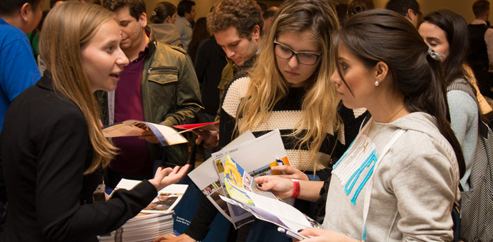 Nos dias 21 e 24 de setembro, respectivamente, <strong>Rio de Janeiro e Brasília receberão a feira de intercâmbio EducationUSA</strong>. O evento é gratuito e voltado para estudantes interessados em <strong>cursos de graduação, pós-graduação, mestrado, doutorado e inglês intensivo</strong> em instituições norte-americanas.<br/><br/><p><span style=color: #333333;><strong>Você pode ler também:</strong></span><br/><a href=https://noticias.universia.com.br/estudar-exterior/noticia/2016/08/12/1142725/mec-faz-proposta-intercambio-alunos-eua.html title=MEC faz proposta para intercâmbio de alunos para os EUA>» <strong>MEC faz proposta para intercâmbio de alunos para os EUA</strong></a><br/><a href=https://noticias.universia.com.br/educacao/noticia/2016/07/05/1141549/alunos-rede-publica-podem-concorrer-intercambio-eua.html title=Alunos da rede pública podem concorrer a intercâmbio para os EUA>» <strong>Alunos da rede pública podem concorrer a intercâmbio para os EUA</strong></a><br/><a href=https://noticias.universia.com.br/educacao title=Todas as notícias de Educação>» <strong>Todas as notícias de Educação<br/><br/></strong></a></p><p>A feira é realizada pela EducationUSA, afiliada ao Departamento de Estado Americano, e também conta com o apoio da Embaixada dos Estados Unidos. O objetivo é promover o contato entre os alunos e as instituições de ensino superior. Para a edição deste ano estão confirmada universidades de renome, como a <strong>University of California – Los Angeles e a Oregon State University</strong>.<br/><br/></p><p>Durante o evento, os alunos terão a oportunidade de esclarecer suas dúvidas a respeito da documentação obrigatória para estudar nos EUA, além de assistir palestras sobre o processo de candidatura e admissão em <a href=https://noticias.universia.com.br/estudar-exterior/noticia/2016/08/23/1142996/universidade-oferece-bolsas-estudo-us-45-mil-mba-los-angeles.html title=Universidade oferece bolsas de estudo de US$ 45 mil para MBA em Los Angeles>progra