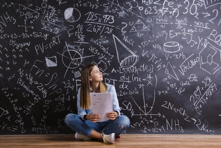 Ambas se definem por assinalar aquilo que todos os alunos devem, necessariamente, aprender em cada disciplina e ano de ensino.