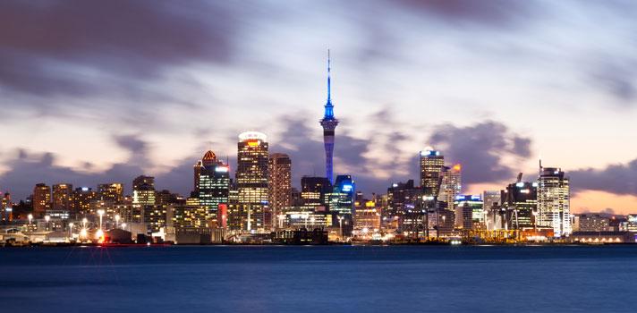 <p>Chegou a hora de <strong><a title=5 pontos para analisar antes de escolher o local do intercâmbio href=https://noticias.universia.com.br/destaque/noticia/2016/04/06/1138001/5-pontos-analisar-antes-escolher-local-intercambio.html>fazer as malas e embarcar para a Nova Zelândia</a></strong>! O programa <strong>New Zealand Development Scholarships</strong> está ofertando <strong>bolsas de estudos para alunos brasileiros</strong> interessados em fazer uma pós-graduação no exterior. Os candidatos devem <strong><a title=New Zealand Scholarship Programme href=https://scholarship.force.com/communitylandingpage target=_blank>fazer suas inscrições pelo site oficial do programa</a></strong>até às nove da manhã do dia 30 de abril.</p><p></p><p><span style=color: #333333;><strong>Você pode ler também:</strong></span><br/><a title=Brasil e Reino Unido fazem acordo para reconhecer diplomas estrangeiros de pós-graduação href=https://noticias.universia.com.br/educacao/noticia/2016/04/14/1138308/brasil-reino-unido-fazem-acordo-reconhecer-diplomas-estrangeiros-pos-graduacao.html>» <strong>Brasil e Reino Unido fazem acordo para reconhecer diplomas estrangeiros de pós-graduação</strong></a><br/><a title=Universidade da Espanha dá bolsas de mestrado em diversas áreas href=https://noticias.universia.com.br/estudar-exterior/noticia/2016/04/13/1138271/universidade-espanha-da-bolsas-mestrado-diversas-areas.html>» <strong>Universidade da Espanha dá bolsas de mestrado em diversas áreas</strong></a><br/><a title=Todas as notícias sobre Bolsas de estudo e prêmios href=https://noticias.universia.com.br/estudar-exterior>» <strong>Todas as notícias sobre bolsas de estudo e prêmios</strong></a></p><p></p><p>Com duração de 6 meses a 2 anos, o <strong>programa de bolsas de estudos</strong> conta com diferentes opções de <strong>cursos de pós-graduação</strong>, como mestrado e especialização, nas mais diversas áreas do conhecimento, indo de humanidades até engenharia. O início das aulas está previst