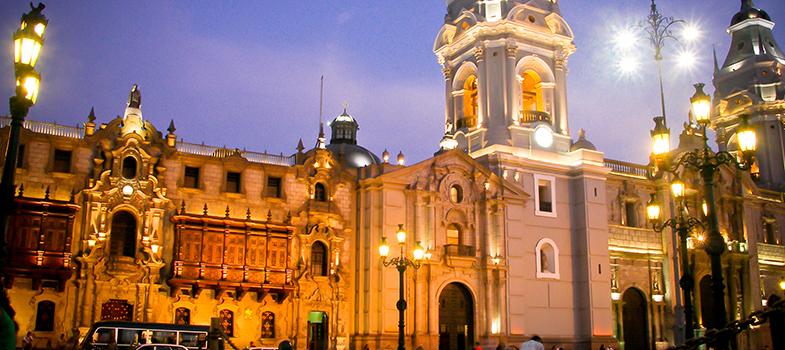 <p>A <strong>Universidade ESAN</strong> e a <strong>Organização dos Estados Americanos (OEA)</strong> estão oferecendo 5 bolsas de estudo para um programa de MBA internacional em Lima, no Peru. Os interessados podem fazer suas inscrições pelo site até o dia 5 de julho.</p><p></p><p><span style=color: #333333;><strong>Você pode ler também:</strong></span><br/><a title=Acelere: Bolsas Fórmula Santander abre inscrições href=https://noticias.universia.com.br/estudar-exterior/noticia/2016/06/01/1140354/acelere-bolsas-formula-santander-abre-inscrices.html>» <strong>Acelere: Bolsas Fórmula Santander abre inscrições</strong></a><br/><a title=Brasileiros podem concorrer a bolsas de estudo no Canadá href=https://noticias.universia.com.br/estudar-exterior/noticia/2016/06/02/1140387/brasileiros-podem-concorrer-bolsas-estudo-canada.html>» <strong>Brasileiros podem concorrer a bolsas de estudo no Canadá</strong></a><br/><a title=Todas as notícias sobre Bolsas de estudo e prêmios href=https://noticias.universia.com.br/estudar-exterior>» <strong>Todas as notícias sobre bolsas de estudo e prêmios</strong></a></p><p></p><p>A <strong>escola de negócios da Universidade ESAN</strong> foi considerada uma das 10 melhores da América Latina. Seu <strong><a title=Fórum de gestores de MBA promove debates sobre inovação no ensino e melhorias nos cursos do País href=https://noticias.universia.com.br/educacao/noticia/2016/05/20/1139872/forum-gestores-mba-promove-debates-sobre-inovacao-ensino-melhorias-cursos-pais.html>programa de MBA</a></strong>, que tem início em janeiro de 2017, é ministrado cem por cento em inglês, sendo necessário que o participante tenha nível intermediário ou avançado no idioma. No segundo ano do curso, o aluno pode optar por dar continuidade aos estudos em uma universidade parceira norte-americana ou da Europa.</p><p></p><p><strong>A bolsa é correspondente a 80 mil reais</strong> e cobre todos os gastos com taxas e anuidades dos estudos, sendo moradia e transporte de res