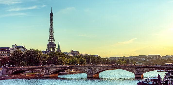 <blockquote style=text-align: center;><span>Guia Completo sobre </span><a href=https://www.universia.com.br/estudar-exterior/europa title=Estudar no Exterior target=_blank>Estudar no Exterior</a><span>; visite agora!</span></blockquote><p>Nesta semana, o Ministério de Relações Exteriores e Desenvolvimento Internacional da França anunciou o início do período de inscrições para o <strong>Programa Eiffel</strong>, que oferece <strong><a href=https://noticias.universia.com.br/destaque/noticia/2016/10/06/1144356/universidade-notre-dame-da-bolsas-pos-direito.html title=Universidade de Notre Dame dá bolsas para pós em direito>bolsas de mestrado e doutorado para estudantes internacionais</a></strong>.</p><p><span style=color: #333333;><strong>Leia também:</strong></span><br/><a href=https://noticias.universia.com.br/tag/not%C3%ADcias-sobre-bolsas-de-estudo/ title=Todas as notícias sobre bolsas de estudo>» <strong>Todas as notícias sobre bolsas de estudo</strong></a></p><p>Para concorrer a uma das <strong>bolsas do governo francês</strong>, os interessados precisam, primeiramente, ser admitidos em um programa de doutorado ou mestrado de uma das universidades participantes e, após a aprovação, solicitar a participação na concorrência pelas bolsas. Depois disso, as instituições encaminharão os pedidos ao Campus France até o início de janeiro de 2017.</p><p><strong>Bolsas para estudar na França</strong></p><p>O valor das bolsas concedias aos alunos de mestrado é de 1.181 euros mensais. Já os alunos de doutorado receberão um total de 1.400 euros por mês. Além do auxílio para viver no país, também serão oferecidas passagens aéreas, ajuda de custos para atividades culturais e seguro saúde. As bolsas para mestrado e doutorado na França não incluem o custo com a unidade do curso. Contudo, os alunos podem concorrer a bolsas para estudantes internacionais ofertadas pelas próprias universidades.</p><p>Para o próximo ano letivo, serão priorizados pedidos de <strong>bolsa para mestrado e