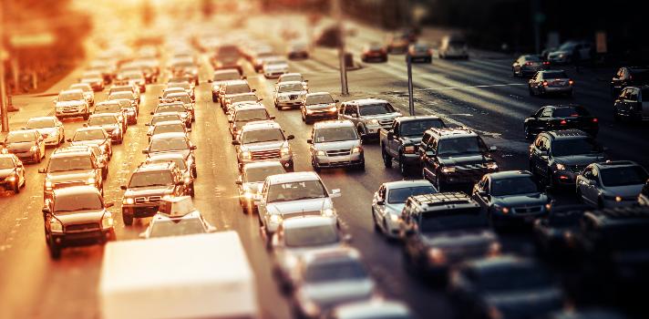 <p>Trabajar es una actividad que en ocasiones resulta agotadora. No solo por <strong>el cansancio de la rutina o el estrés</strong> sino también porque todos los días hay que salir de casa, tomar el metro o conducir un auto y <strong>emprender un viaje hacia la oficina</strong>, que a veces <strong>puede llevarnos horas</strong>. La pérdida de tiempo en traslados en <strong>una ciudad tan transitada como la CDMX</strong> hace a los expertos preguntarse si el tiempo que se demora en llegar al trabajo debería contarse laboralmente.<br/><br/></p><div class=help-message><h4>¿Buscas un nuevo trabajo? Ingresa al Portal de Empleo de Universia</h4><a href=https://www.universiaempleo.com/ingresarcandidato/ class=enlaces_med_leads_formacion button01 title=Más info target=_blank id=ESTUDIOS>Más info</a></div><p><strong><br/>Trasladarse todos los días en la Ciudad de México es una experiencia frustrante</strong>, dado que es una de las ciudades más pequeñas del país y una de las más pobladas de aquí y del mundo. Sumado al problema de la falta de espacio, <strong>la movilidad urbana es muy ineficiente</strong>, lo que genera que los viajes metropolitanos más comunes, como cruzar la frontera entre el Distrito Federal y el Estado de México, se vuelvan toda una pesadilla.<br/><br/></p><p>Los habitantes del Estado de México que trabajan en Distrito Federal <strong>pierden en traslados hasta 4 horas diarias </strong>en transportes públicos. Este tiempo perdido no solo se traduce en menos horas libres para el trabajador, sino que además <strong>causa estrés, sensación de inseguridad, mal humor y hastío</strong>.<br/><br/></p><p>Más del <strong>50% de los mexicanos</strong> pierde media hora de camino a su trabajo. Sumando la ida y la vuelta, se traduce <strong>en una hora por día perdida en viaje</strong>. Un 20% invierte más de una hora al día en traslados. Un 8 % invierte hasta dos horas en traslados y un 2.5% pierde más de 2 horas por día en ir y venir al trabajo, según datos del <
