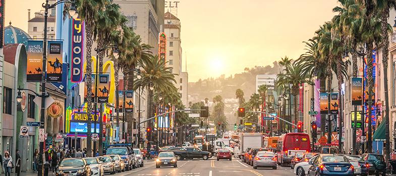 A Marshall School of Business, localizada na cidade de Los Angeles, nos Estados Unidos, está oferecendo <strong>três bolsas de estudo para brasileiros</strong> participarem do seu <strong>programa de MBA internacional</strong>. A escola, que pertence à University of Southern California (USC), ainda não definiu o prazo final de inscrições.<br/><br/><blockquote style=text-align: center;>Veja mais bolsas de estudo<a href=bolsas.universia.net title=Bolsas Universia target=_blank>aqui</a></blockquote><br/><p><span style=color: #333333;><strong>Você pode ler também:</strong></span><br/><a href=https://noticias.universia.com.br/estudar-exterior/noticia/2016/08/18/1142887/universidade-westminster-oferece-bolsas-mestrado-londres.html title=Universidade de Westminster oferece bolsas para mestrado em Londres>» <strong>Universidade de Westminster oferece bolsas para mestrado em Londres</strong></a><br/><a href=https://noticias.universia.com.br/estudar-exterior/noticia/2016/08/17/1142858/afs-oferece-bolsas-estudo-intercambio-cultural-italia.html title=AFS oferece bolsas de estudo para intercâmbio cultural na Itália>» <strong>AFS oferece bolsas de estudo para intercâmbio cultural na Itália</strong></a><br/><a href=https://noticias.universia.com.br/estudar-exterior title=Todas as notícias sobre Bolsas de estudo e prêmios>» <strong>Todas as notícias sobre bolsas de estudo e prêmios<br/><br/><br/></strong></a></p><p>O programa de <strong>MBA nos Estados Unidos</strong> tem duração de um ano (2017) e as bolsas podem chegar a US$ 45 mil, além do auxílio-moradia de US$ 15 mil. Os estudantes também poderão levar seus filhos para a viagem.<br/><br/></p><p>Para se candidatar, o estudante precisa <strong>comprovar proficiência em inglês</strong>, por meio de testes, ter experiência profissional em negócios de no mínimo seis anos e formação acadêmica relevante, com diploma em curso de graduação.<br/><br/></p><p>Em 19 de setembro, às 19h (horário de Brasília), haverá uma sessão on-line com o