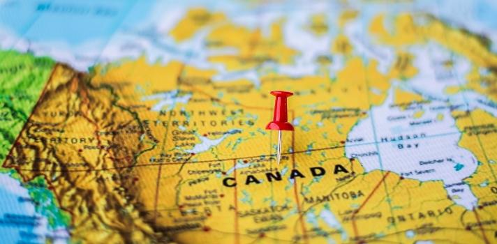 <p>La <a href=https://www.gob.mx/sre title=Secretaría de Relaciones Exteriores (SRE) target=_blank rel=me nofollow>Secretaría de Relaciones Exteriores (SRE)</a> publicó recientemente que <strong>para los mexicanos se elimina el requisito de visa para viajar a Canadá</strong>. Quienes ingresen al país en avión solo necesitarán tramitar una <strong>Autorización Electrónica de Viaje</strong>, más conocido como eTA, por sus siglas en inglés.<br/><br/></p><div class=help-message><h4>Descubre Canadá</h4><a href=https://www.universia.net.mx/estudiar-extranjero/canada/2830 class=button01 target=_blank>Más info</a></div><p><br/>Para asegurar <strong>una mayor movilidad entre ambos países</strong> y poder garantizar a los ciudadanos la posibilidad de viajar sin tener que tramitar varios documentos o gastar dinero en visas, ya está en funcionamiento la eTA, <strong>un permiso electrónico que puede solicitarse de manera online</strong> y solo lleva unos minutos de tramitación.<br/><br/></p><p><strong>Este permiso se otorga a mexicanos, chilenos y españoles que ingresen por aire</strong>, es decir, en avión, a Canadá. Aquellos que lleguen por mar o tierra no necesitarán ningún tipo de documentación a partir del 1 de diciembre.<br/><br/></p><p><strong>ETA tiene una validez de 5 años</strong> y permite a los visitantes entrar y salir varias veces de Canadá, y permanecer en el país por un máximo de 6 meses.<br/><br/></p><p><strong>Obtenerla una autorización de este tipo es muy sencillo, solo se necesita contar con</strong>:</p><ul><li>Pasaporte vigente</li><li>Una tarjeta de crédito</li><li>Un correo electrónico para llenar un formulario de solicitud</li></ul><p><br/>Para solicitar este permiso se debe ingresar a la página del gobierno de Canadá y <a href=https://www.cic.gc.ca/english/visit/eta-start-es.asp title=llenar el formulario en línea target=_blank rel=me nofollow>llenar el formulario en línea</a>. Para finalizar la solicitud es necesario abonar 7 dólares canadienses y espe