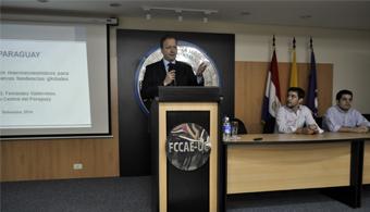 """<p style=text-align: justify;><strong><em>""""La inflación en el Paraguay es una de las menores en la región</em></strong>, sostuvo el Dr. Carlos Fernández Valdovinos, presidente del <strong><a title=Banco Central del Paraguay href=https://www.bcp.gov.py/ target=_blank rel=me nofollow>Banco Central del Paraguay</a></strong>(BCP), en una charla con estudiantes de la <strong><a title=Universidad Católica de Asunción href=https://estudios.universia.net/paraguay/institucion/universidad-catolica-nuestra-senora-asuncion target=_blank>Universidad Católica de Asunción</a></strong>, organizada por el Club de Economía, con el apoyo de la Asociación de Alumnos y la dirección de la carrera de Economía.</p><p style=text-align: justify;><span style=color: #0000ff;></span></p><p><span style=color: #0000ff;><a style=color: #ff0000; text-decoration: none; title=Sigue toda la actualidad universitaria a través de nuestra página de Facebook href=https://www.facebook.com/pages/Universia-Paraguay/246674905428102><span style=color: #0000ff;>» <strong>Sigue toda la actualidad universitaria a través de nuestra página de Facebook</strong></span></a></span><br/><a style=color: #ff0000; text-decoration: none; title=Visita nuestro portal de Becas y descubre las convocatorias vigentes href=https://becas.universia.com.py/>» <strong>Visita nuestro portal de Becas y descubre las convocatorias vigentes</strong></a></p><p style=text-align: justify;></p><p style=text-align: justify;></p><p style=text-align: justify;>El Presidente del BCP durante la conferencia desarrollada el pasado<strong> jueves 25 de septiembre</strong>, en el auditorio I de la Facultad de Ciencias Contables, Administrativas y Económicas, explicó que para lograr la estabilidad económica se implementó una<strong> política monetaria</strong> que pueda predecir el futuro.</p><p style=text-align: justify;></p><p style=text-align: justify;><em>""""Pueden ver cómo la tasa de interés mensual empezó a aumentar a partir de enero con el ajuste del"""